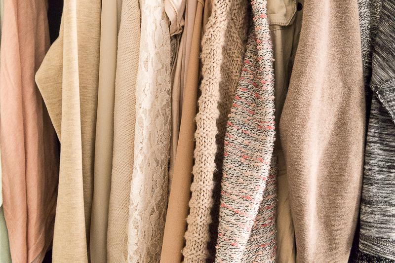 minimalistische garderobe kleiderschrank effektiv ausmisten ricemilkmaid. Black Bedroom Furniture Sets. Home Design Ideas