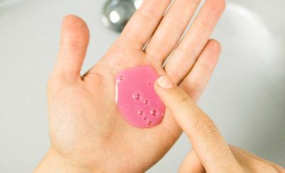 Mikroplastik: Die kleinen Plastikpartikel aus unserer Komsetik gelangen durch die Abwasser ins Meer, werden dort fälschlicherweise von Lebewesen für Nahrung gehalten und sorgen dafür, dass diese Tiere sterben. Auch in unserem Trinkwasser, Limonaden, Feldern und in der Luft wurde Mikroplastik nachgewiesen. Mit dieser Liste erkennst du Produkte mit Mikroplastik beim Einkaufen! | Ricemilkmaid Blog