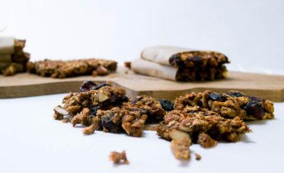 Vegane Proteinriegel aus Sojaschnetzel und Cranberries. Hast du Sojafleisch schon mal süß gegessen? Super Idee und perfekt für nach dem Sport! | Ricemilkmaid Blog