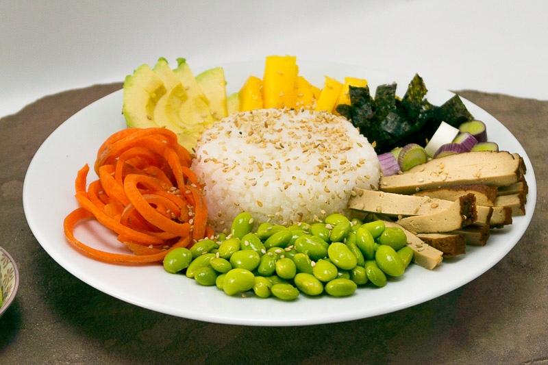 Eine richtig leckere Sushi Bowl - komplett vegan - mit vielen gesunden Zutaten. Klick dich zum Blog um das Rezept zu lesen!