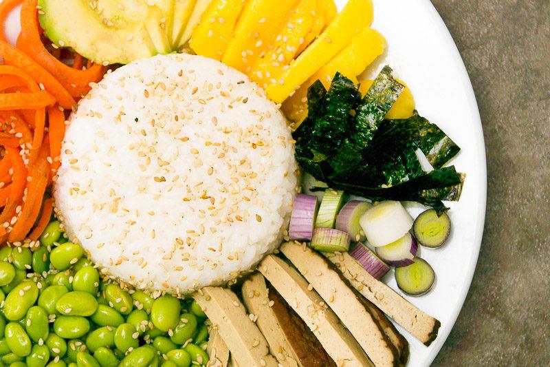 Wie man eine perfekte bunte Sushi Bowl in vegan hinbekommt? Na, mit jeder Menge gesunden Zutaten wie Edamame, Paprika, Lauchzwiebeln und Nori Blättern. Das Rezept gibt es auf dem Blog - klick dich gleich rüber!