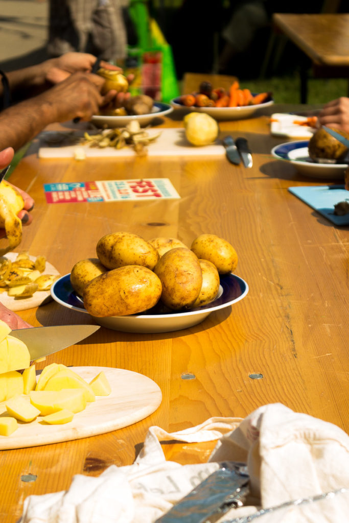 Lebensmittelverschwendung - ein riesiges Problem in Deutschland. Hier findest du 10 Tipps, wie du Obst und Gemüse retten kannst. Außerdem: Wie funktioniert eine Schnippeldisko? Klick dich zum Blog und informiere dich!