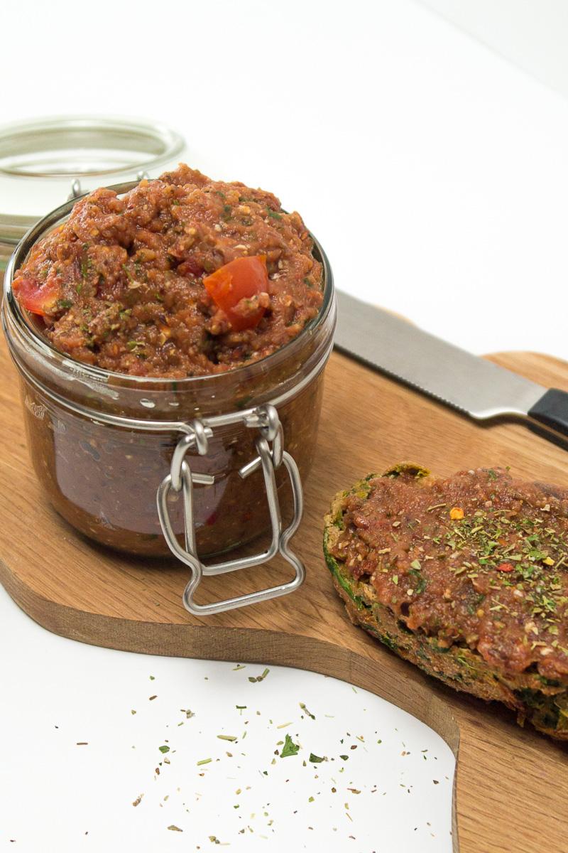 Veganes Frühstück. Ein leidiges Thema, oder? Als Lösung gibt es diesen superleckeren und einfachen Auberginen-Brotaufstrich, der sich perfekt auch mit zur Arbeit nehmen lässt. Klick dich zum Blog für das Rezept!