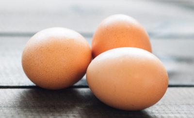 Sind Eier gesund? Von allen Seiten hört man andere Aussagen. Wir liefern evidenzbasierte Aussagen zum Thema Ei-Konsum. Klick dich zum Beitrag und lies den Beitrag!