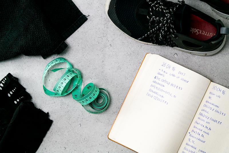 Mel erklärt dir in diesem Beitrag, wie man gesund abnehmen kann und gibt dir 15 einfache Tipps, die du sofort in dein Leben integrieren kannst.