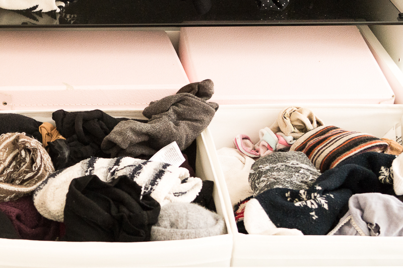 Wie erstellt man am besten eine minimalistische Garderobe? Lerne in diesem Beitrag das 5-Stufen-Prinzip kennen um deinen Kleiderschrank richtig und effektiv auszumisten. Weniger Kleidung = Weniger Stress. Das glaubst du nicht? Lies dir den Beitrag durch oder speichere ihn jetzt für später.