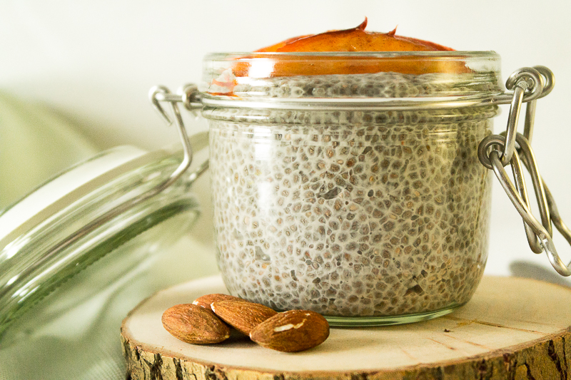 Hier findest du ein supereinfaches Rezept für selbstgemachte Mandelmilch. Daraus zaubern wir dann auch direkt einen ultraleckeren Chiapudding mit gebratenen Pfirsichen. Wie immer komplett vegan! Klick dich direkt zum Rezept oder speichere es jetzt für später!