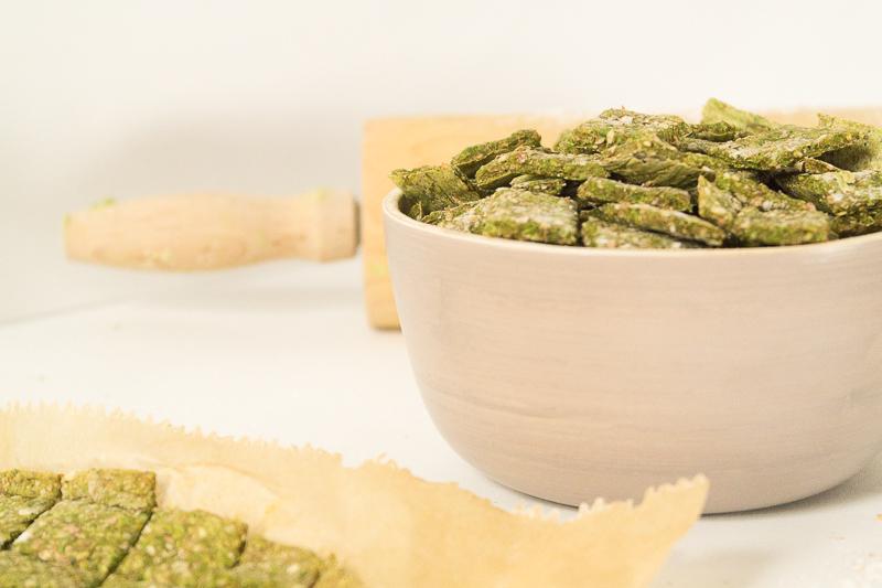 Easypeasy Rezept für vegane Spinat-Kräcker. Du brauchst nicht mehr als 6 einfache Zutaten und zauberst so im Handumdrehen das perfekte Fingerfood für dein Party Buffet. Wie immer komplett vegan. Klick dich direkt zum Rezept!