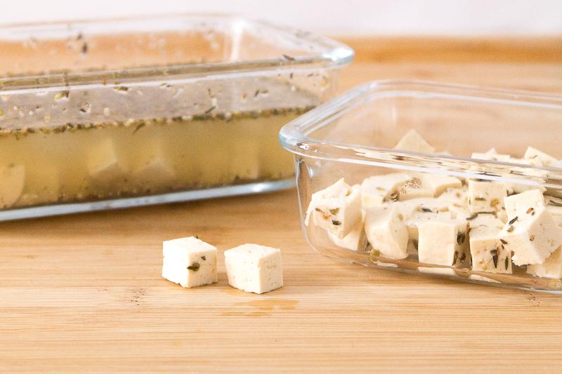 """Ein unheimlich leckeres und besonderes Rezept für Flammkuchen: Mit frischen Feigen, veganem Schmand und """"Feta""""-Tofu, roten Zwiebeln und Rosmarin. Oder doch lieber die eher klassische Variante mit Räuchertofu und Tomaten? Klick dich gleich zum Rezept - wie immer komplett vegan."""