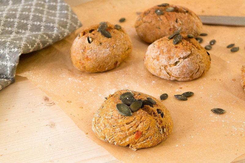 Ein unheimlich leckeres Rezept für süßlich schmeckende Kürbisbrötchen - wie immer komplett vegan. Endlich wieder Kürbissaison im Herbst - Zeit für Seelenfutter. Klick dich gleich zum Blog für das Rezept oder speichere es jetzt für später!