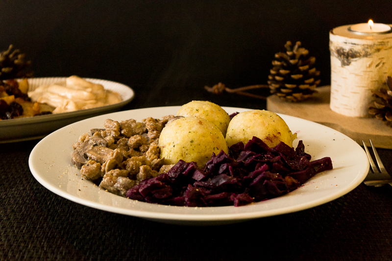 Ein komplett veganes Weihnachtsmenü: Rotkohl mit Semmelknödeln und einer Pilzrahmsauce. Als Dessert wartet heißer Obstsalat mit Bratapfelsahne. Superlecker! Klick dich gleich zum Rezept!