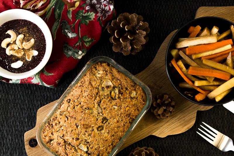 Deftiger Nussbraten aus Haselnüssen, Cashews und Linsen ist das perfekte vegane Weihnachtsgericht. Dazu gibt es leckeres Wurzelgemüse mit Pastinaken. Als Nachtisch wartet ein Chia-Punsch-Puddign. Klick dich gleich zum Rezept!