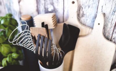Umweltschutz geht alle etwas an! Hier findest du meine 8 simplen Tricks für mehr Nachhaltigkeit in der Küche. Klick dich gleich zum Beitrag oder speichere ihn für später!
