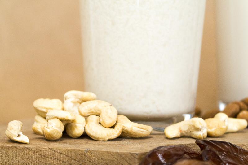 Nussmilch selbst herstellen? Ganz einfach! Mit diesem Basisrezept fällt dir die Herstellung von Nussmilchsorten wie Mandelmilch, Cashewmilch und Haselnussmilch in deiner eigenen Küche ganz einfach. Klick dich gleich zum Beitrag!