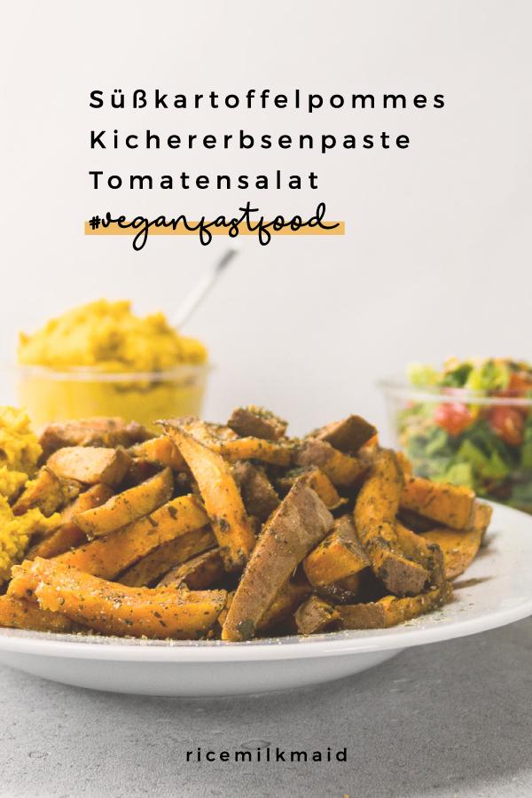 Süßkartoffelpommes, Kichererbsenpaste und Tomatensalat. Hier gibt es drei Gerichte, die zusammen eine komplette vegane Mahlzeit ergeben und in 20 Minuten genoßen werden kann. #veganfastfood